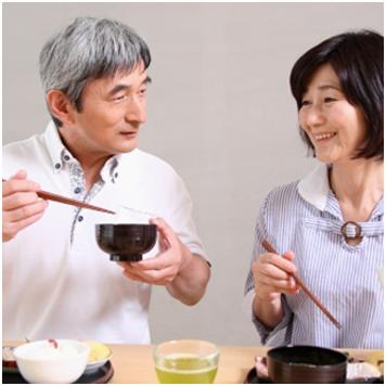 食事中の老夫婦